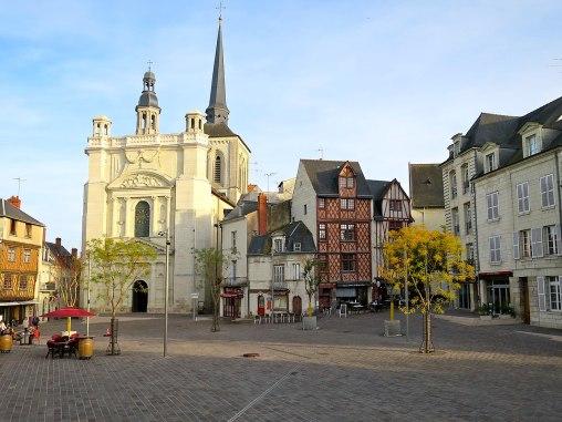 1280px-Place_St-Pierre_(Saumur)